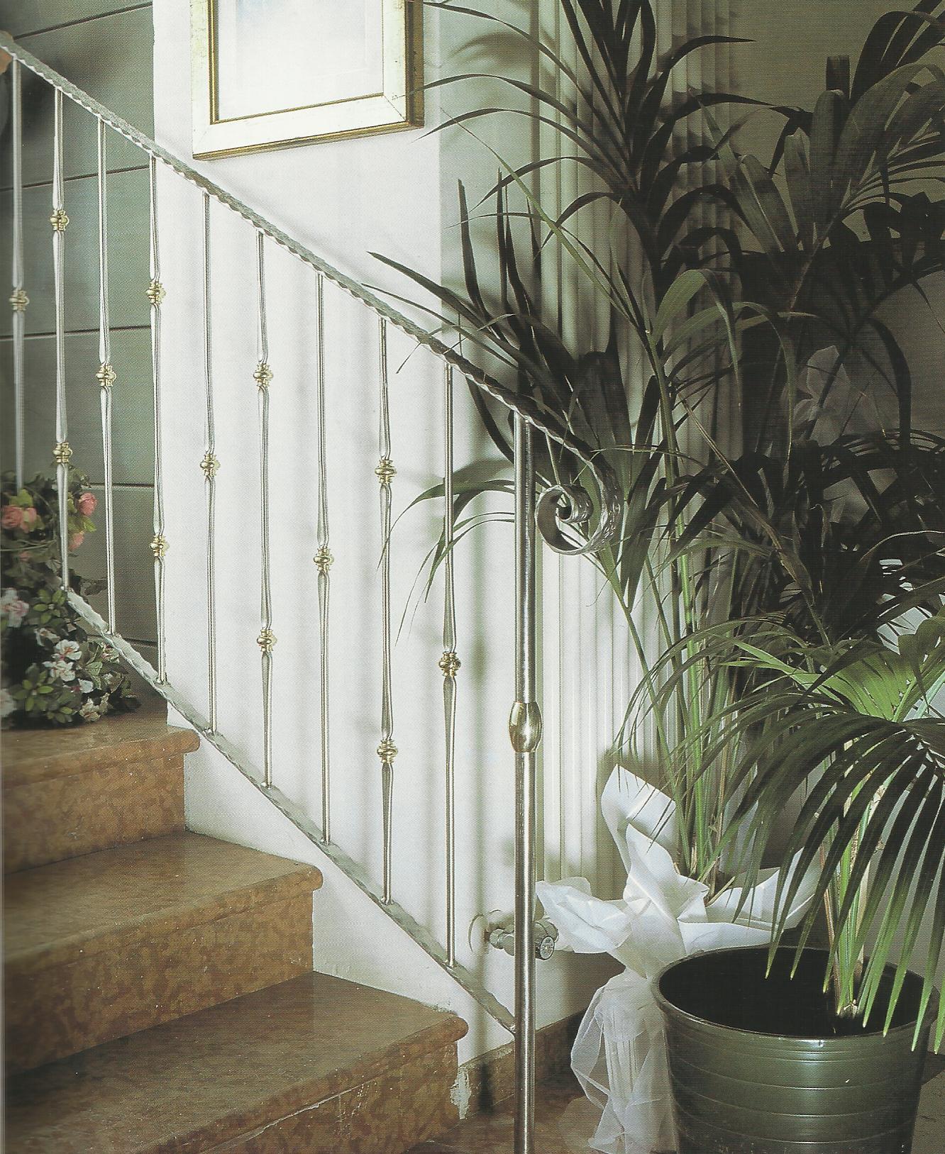 Escalera con adorno de lat n talleres met licos lar for Escaleras de adorno