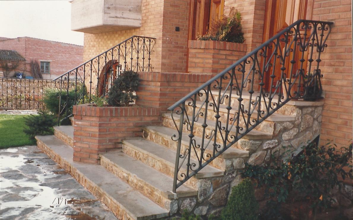 Escalera exterior con rizos talleres met licos lar - Escaleras de exterior ...