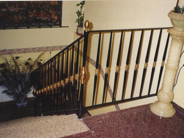 Escalera con adornos de lat n talleres met licos lar for Escaleras de adorno