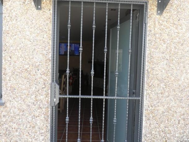Puerta barrotes con tejadillo talleres met licos lar - Tejadillo para puerta ...